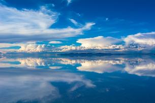 鏡張りのウユニ塩湖の写真素材 [FYI03846055]