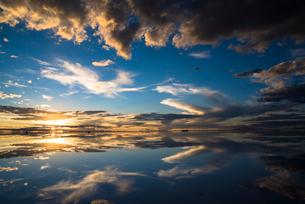 夕日に染まるウユニ塩湖の写真素材 [FYI03846064]
