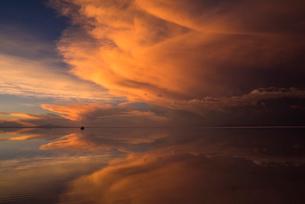 茜色に染まウユニ塩湖の写真素材 [FYI03846065]