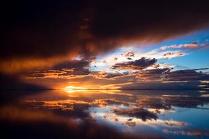 夕日に染まるウユニ塩湖の写真素材 [FYI03846066]