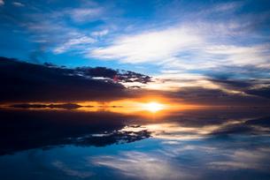 鏡張りのウユニ塩湖の写真素材 [FYI03846076]