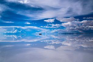 鏡張りのウユニ塩湖の写真素材 [FYI03846083]