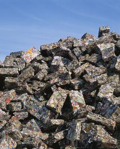 圧縮された空き缶の廃棄物ブロックの写真素材 [FYI03846155]