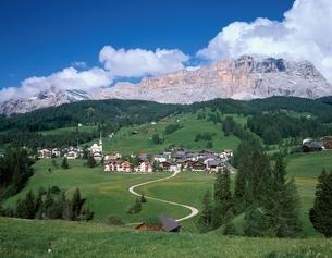 緑豊かなドロミテの村   ペドラチェス イタリアの写真素材 [FYI03846320]