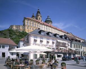 ハウプト広場とメルク修道院 メルク オーストリアの写真素材 [FYI03846343]