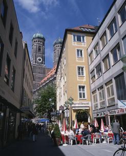 聖母教会と街角 ミュンヘン ドイツの写真素材 [FYI03846349]