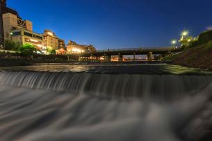 夜の鴨川と三条大橋の写真素材 [FYI03846660]