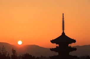 八坂の塔と落日の写真素材 [FYI03846670]