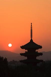 八坂の塔と落日の写真素材 [FYI03846672]
