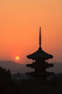 八坂の塔と落日の写真素材 [FYI03846676]