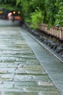 雨の祇園 石畳のイメージの写真素材 [FYI03846728]