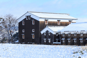 雪の伏見酒蔵の写真素材 [FYI03846956]