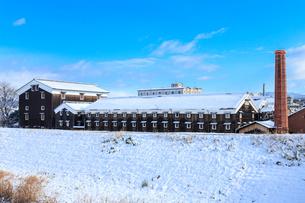 雪の伏見酒蔵の写真素材 [FYI03846963]