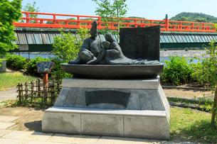 源氏物語のモニュメントと朝霧橋の写真素材 [FYI03847058]