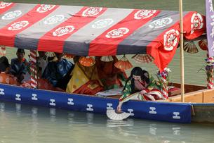 三船祭 扇流しの奉納の写真素材 [FYI03847124]