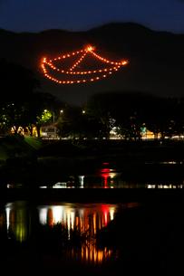 五山送り火 上賀茂橋より船形を見るの写真素材 [FYI03847128]
