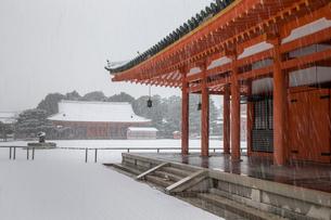 雪の平安神宮神楽殿から額殿を見るの写真素材 [FYI03847148]