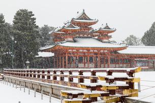 雪の平安神宮龍尾壇から白虎楼を見るの写真素材 [FYI03847150]