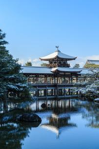 雪の平安神宮泰平閣と東神苑の写真素材 [FYI03847208]