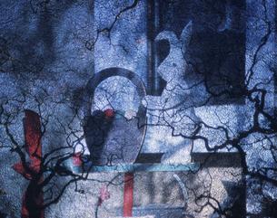 庭のウサギの椅子と枯木の陰 コラージュの写真素材 [FYI03847653]