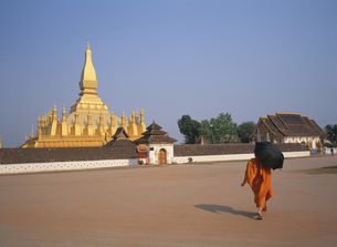 タットルマンの寺院と僧侶 ビエンチャン ラオスの写真素材 [FYI03847712]