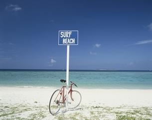 海辺に赤い自転車の写真素材 [FYI03847773]