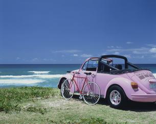 海岸のピンクのワーゲンと自転車 ゴールドコーストの写真素材 [FYI03847788]