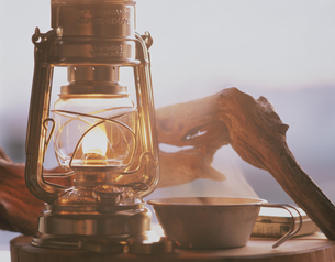 夕暮れにともるランプの写真素材 [FYI03847862]