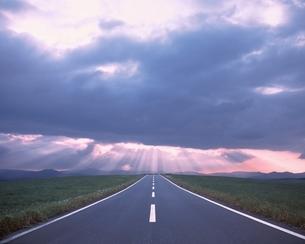 雲間の光条と道の写真素材 [FYI03847939]