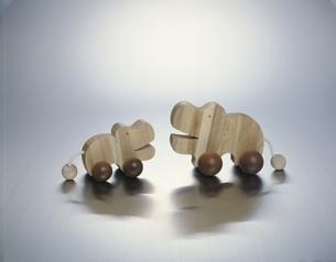 向き合う木細工のかばの写真素材 [FYI03848067]