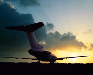 朝日と旅客機の写真素材 [FYI03848156]