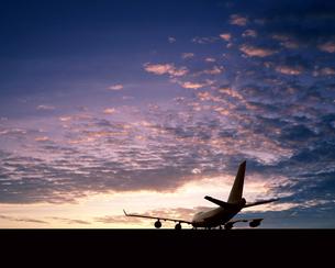朝日とジャンボ機の写真素材 [FYI03848158]