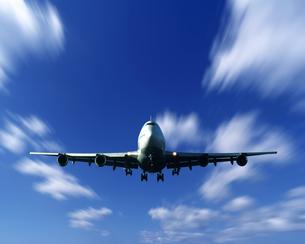 離陸するジャンボ機イメージの写真素材 [FYI03848176]