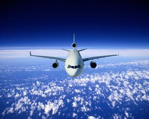 雲上を飛ぶジャンボ機イメージの写真素材 [FYI03848177]