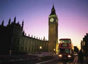 夕景のビッグベンとダブルデッカー ロンドン イギリスの写真素材 [FYI03848268]