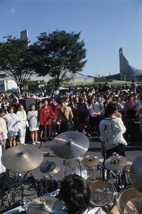 原宿の道路のバンドと観客   東京都の写真素材 [FYI03848293]
