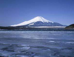 冬の富士山と山中湖 山梨県の写真素材 [FYI03848351]