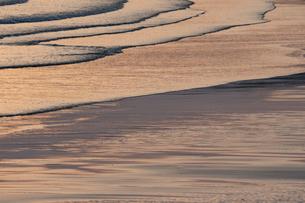 夕暮れ時の波の写真素材 [FYI03848397]