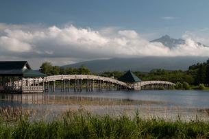 岩木山と津軽富士見湖  木の長い橋の写真素材 [FYI03848541]
