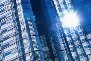 ビルの反射と光の写真素材 [FYI03848577]