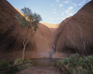 エアーズロック・マギーの泉 オーストラリアの写真素材 [FYI03848691]