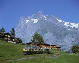 登山電車とヴェッターホルン    グリンデルワルト スイスの写真素材 [FYI03848696]
