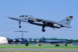 イギリス空軍SEPECATジャギュア攻撃機の着陸の写真素材 [FYI03848878]