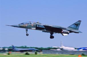 フランス空軍SEPECATジャギュア攻撃機の着陸の写真素材 [FYI03848944]