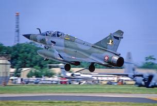 フランス空軍ミラージュ2000戦闘機の着陸の写真素材 [FYI03848968]