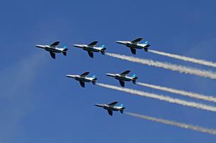 航空自衛隊ブルーインパルスの曲技飛行の写真素材 [FYI03849051]