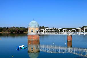 村山貯水池取水塔の写真素材 [FYI03849351]