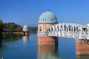 村山貯水池取水塔の写真素材 [FYI03849371]
