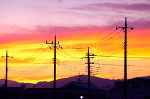 住宅地の夕焼けの写真素材 [FYI03849424]