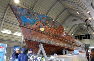 展示される九州南西海域不審船の写真素材 [FYI03849450]